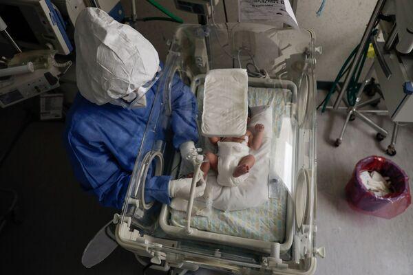 Un'infermiera con neonato contagiato da coronavirus presso l'ospedale di maternità di Toluca, in Messico. - Sputnik Italia