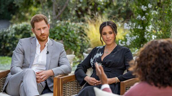 Il principe Harry e Meghan, duchessa del Sussex, vengono intervistati da Oprah Winfrey in questa foto non datata. - Sputnik Italia