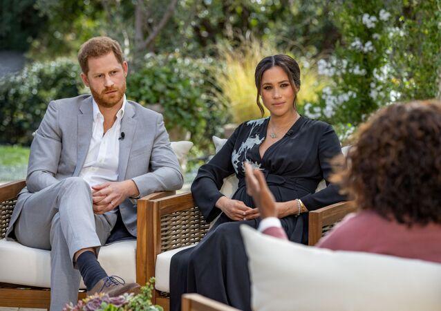 Il principe Harry e Meghan, duchessa del Sussex, vengono intervistati da Oprah Winfrey in questa foto non datata.