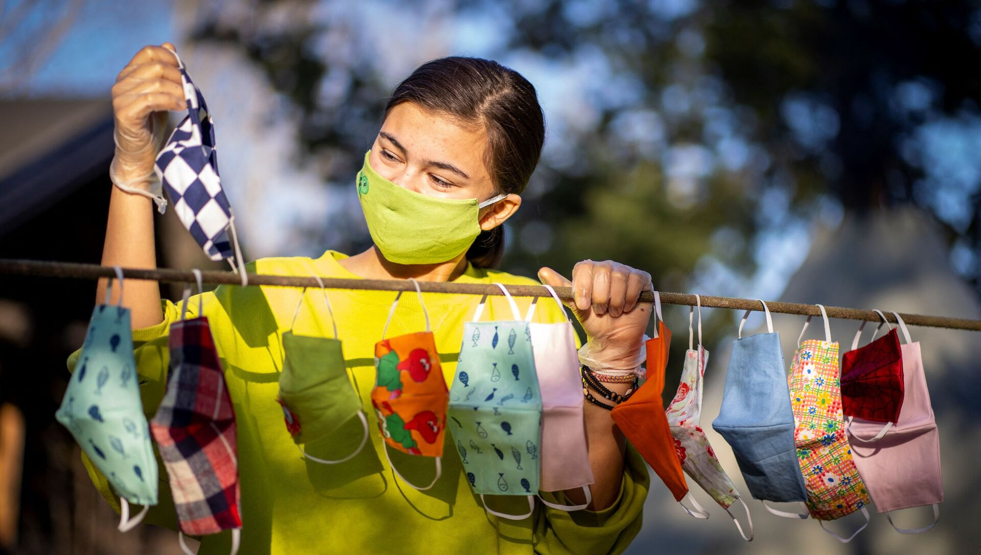Una ragazza appende le mascherine - Sputnik Italia, 1920, 08.03.2021
