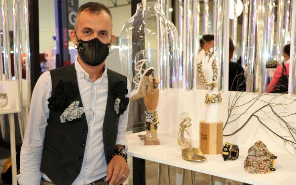 Emanuele Coppari con le sue maschere - Sputnik Italia