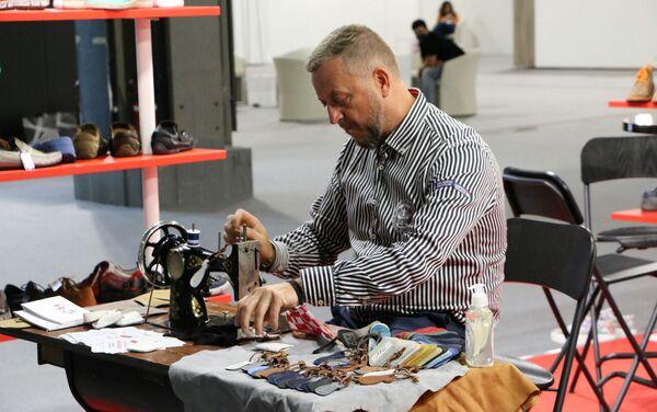 Uomo con una macchina da cucire - Sputnik Italia