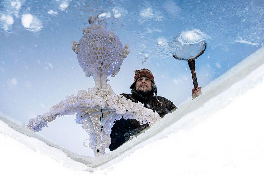 La prima mostra al mondo sotto il ghiaccio