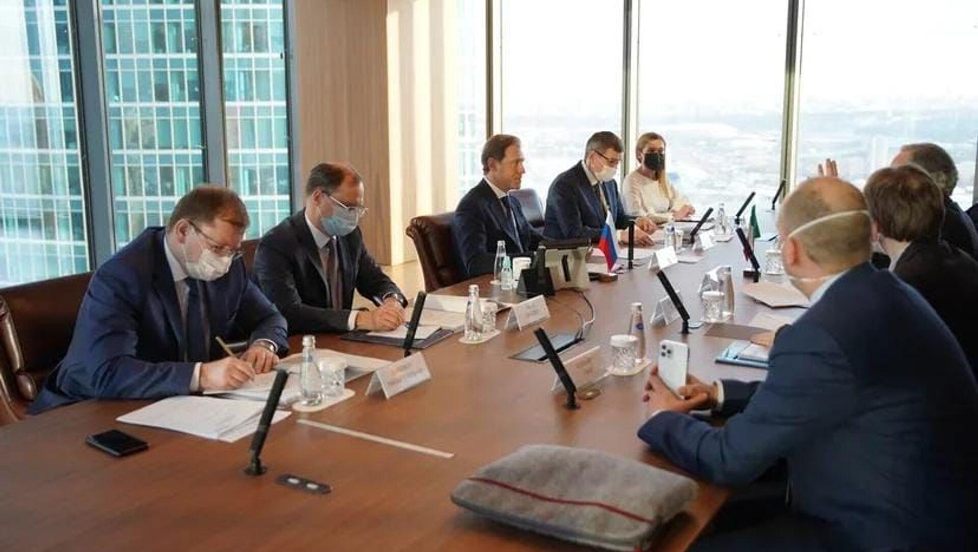 L'incontro tra il Ministro dello Sviluppo Economico russo Manturov e l'ambasciatore italiano Terracciano - Sputnik Italia, 1920, 09.03.2021