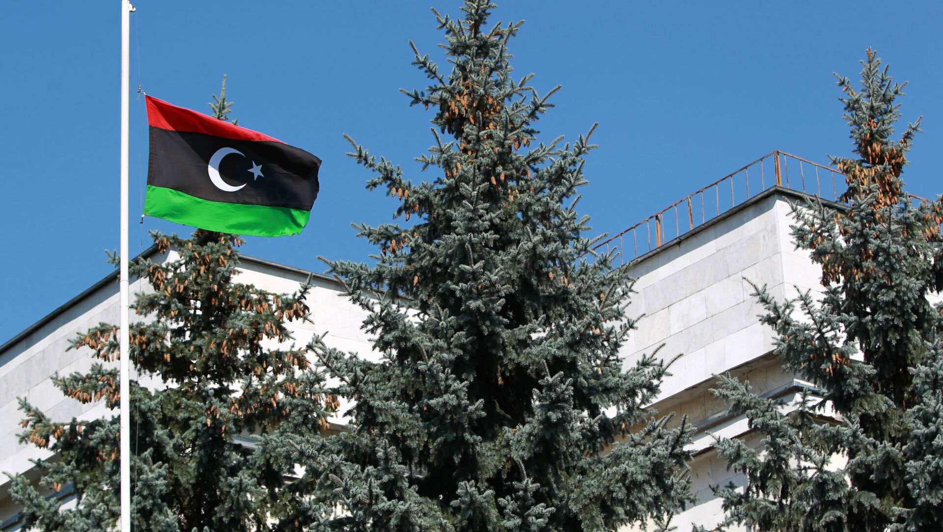 The flag of the National Transitional Council of Libya raised over the Libyan embassy in Moscow - Sputnik Italia, 1920, 10.03.2021