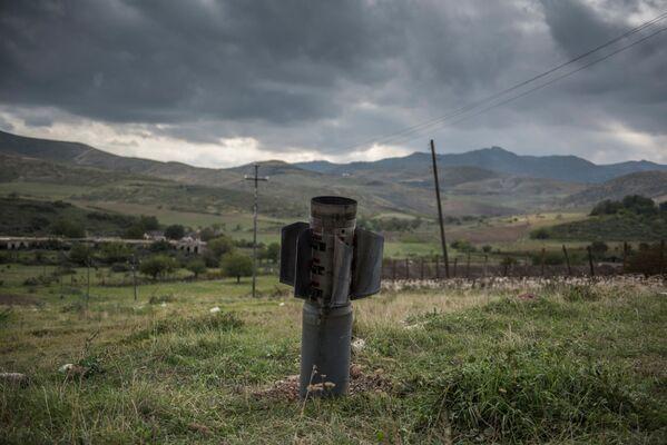 Parte di un razzo dopo il bombardamento della città di Martuni - Sputnik Italia