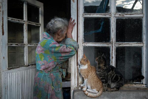 Abovyan Hasmik piange alla porta di casa sua nel villaggio di Nerkin Sus, Nagorno-Karabakh - Sputnik Italia
