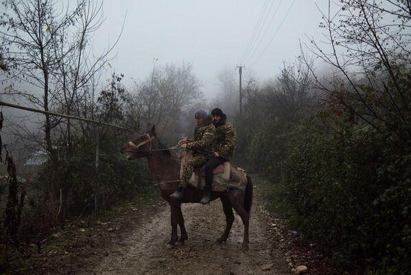 Residenti locali nel villaggio di Tagavard, che è stato diviso a metà tra Armenia e Azerbaigian dopo il cessate il fuoco - Sputnik Italia