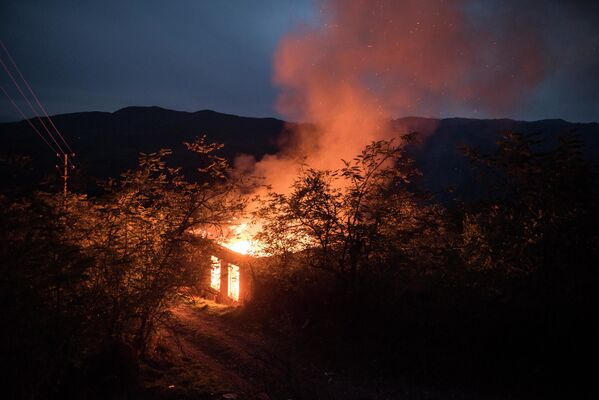 Casa in fiamme nella regione del Kelbajar del Nagorno-Karabakh - Sputnik Italia