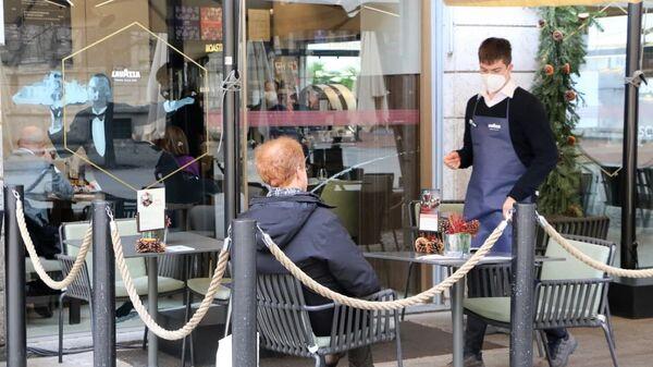 La gente in un ristorante a Milano, Italia  - Sputnik Italia