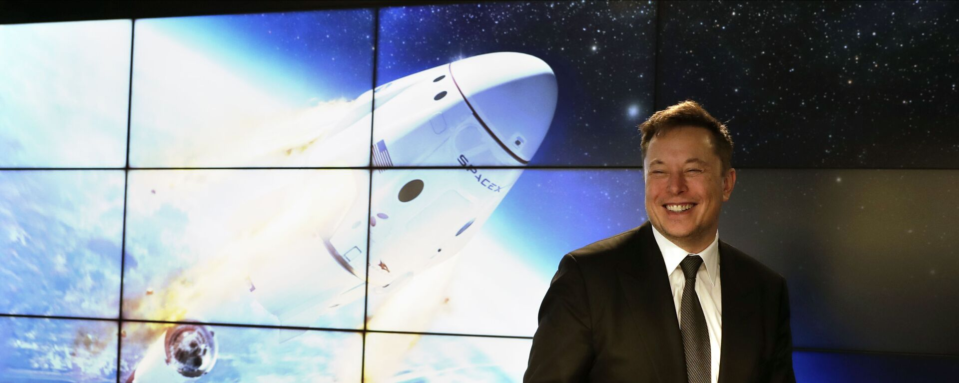 Elon Musk, founder, CEO, and chief engineer/designer of SpaceX speaks during a news conference after a Falcon 9 SpaceX rocket test flight to demonstrate the capsule's emergency escape system at the Kennedy Space Center in Cape Canaveral, Fla., Sunday, Jan. 19, 2020 - Sputnik Italia, 1920, 07.05.2021
