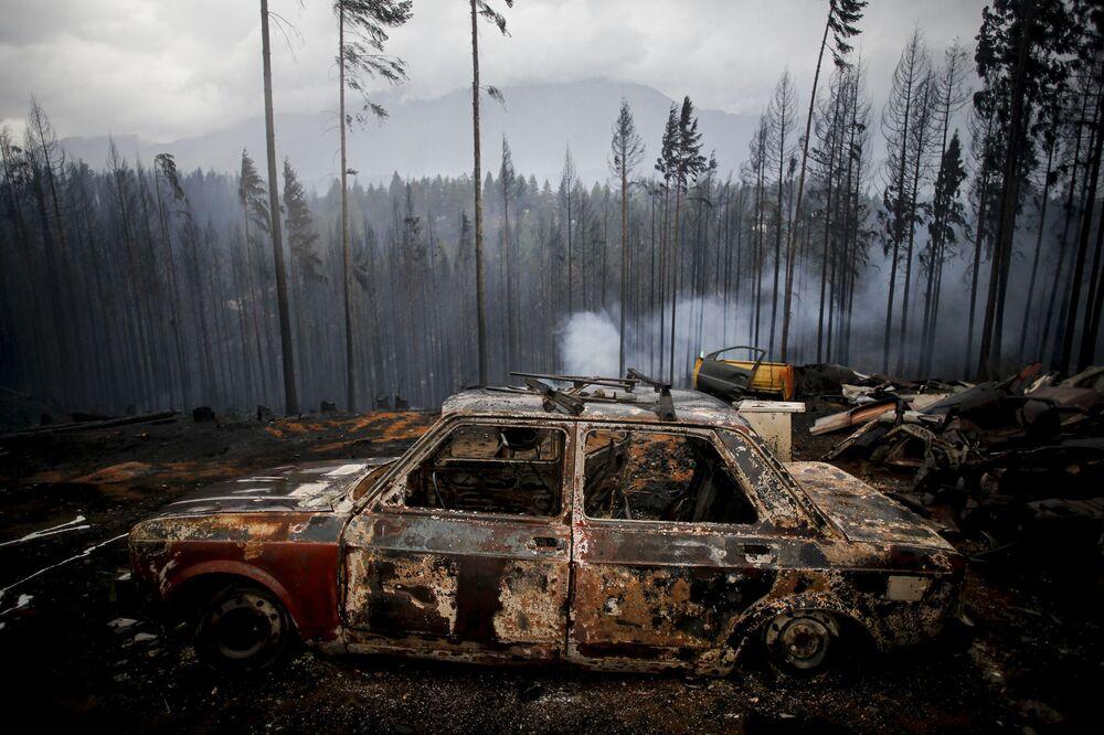Un'auto bruciata durante gli incendi boschivi a Las Golondrinas, Argentina