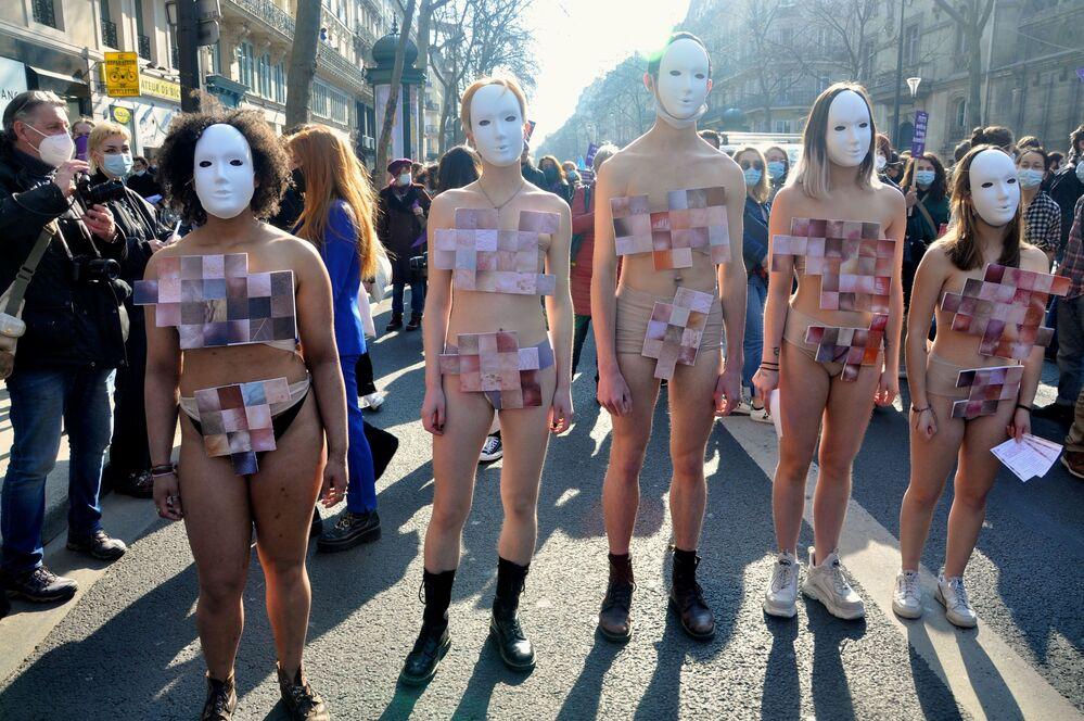 Partecipanti alla manifestazione femminista a Parigi