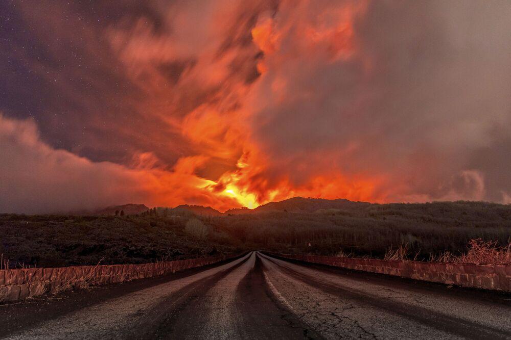 L'Etna, il vulcano attivo più grande d'Europa, è di nuovo in eruzione