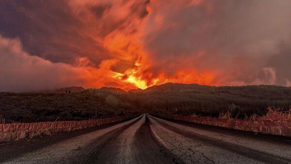 Лава, льющаяся со склонов вулкана Этна - Sputnik Italia