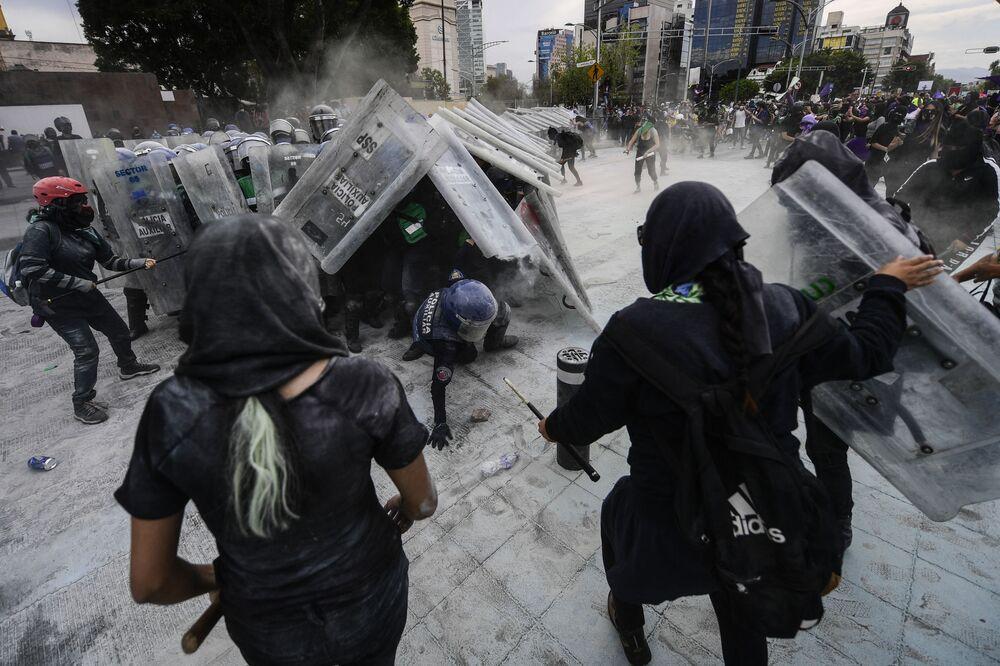 Le manifestanti si scontrano con la polizia durante una manifestazione per la Giornata internazionale della donna a Città del Messico, l'8 marzo 2021
