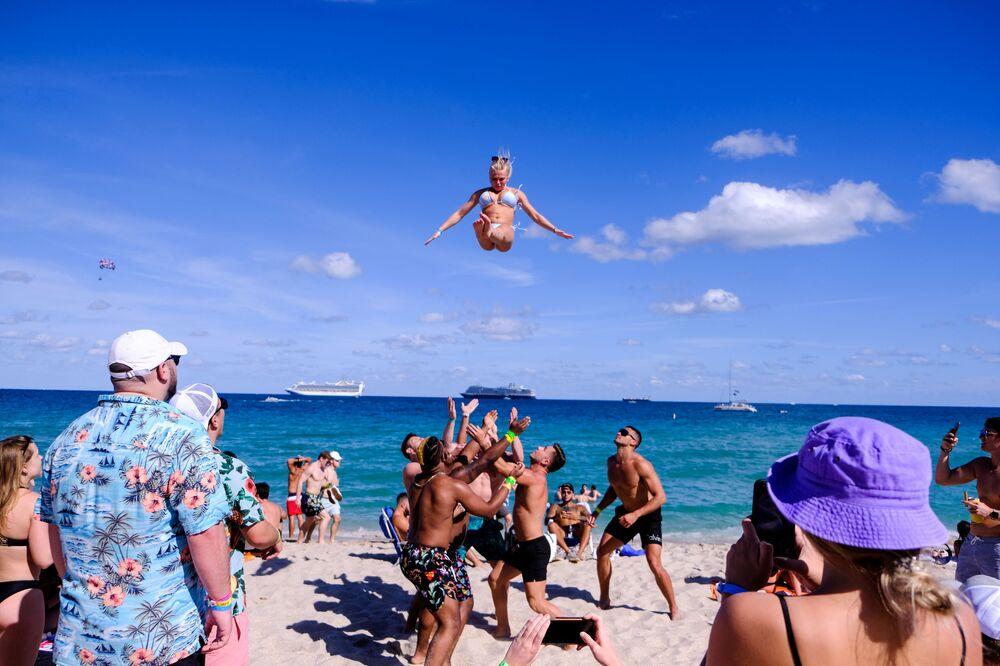 Gli studenti festeggiano l'inizio delle loro vacanze al mare a Fort Lauderdale, in Florida, USA