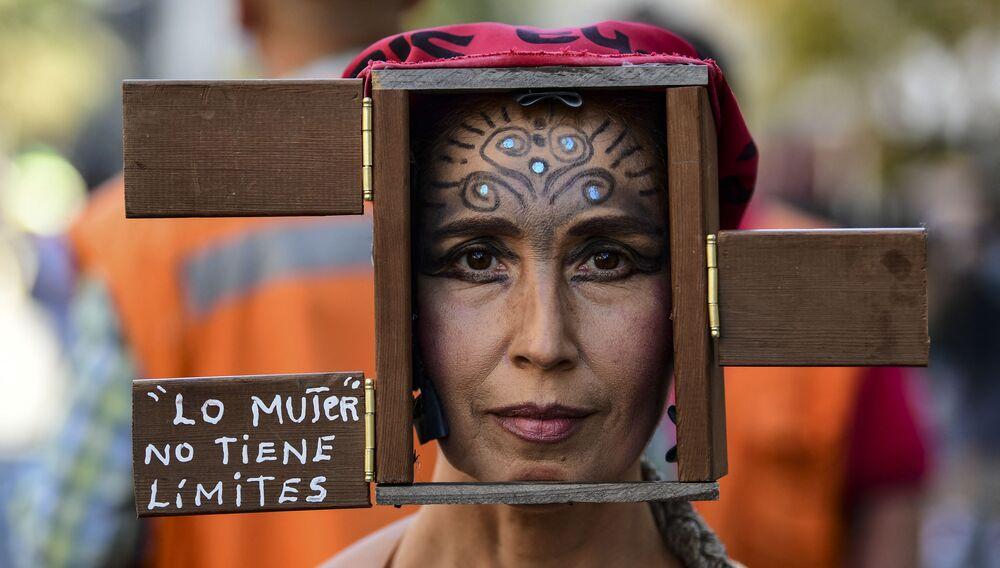 Partecipante alla manifestazione per la Giornata internazionale della donna a Santiago del Cile