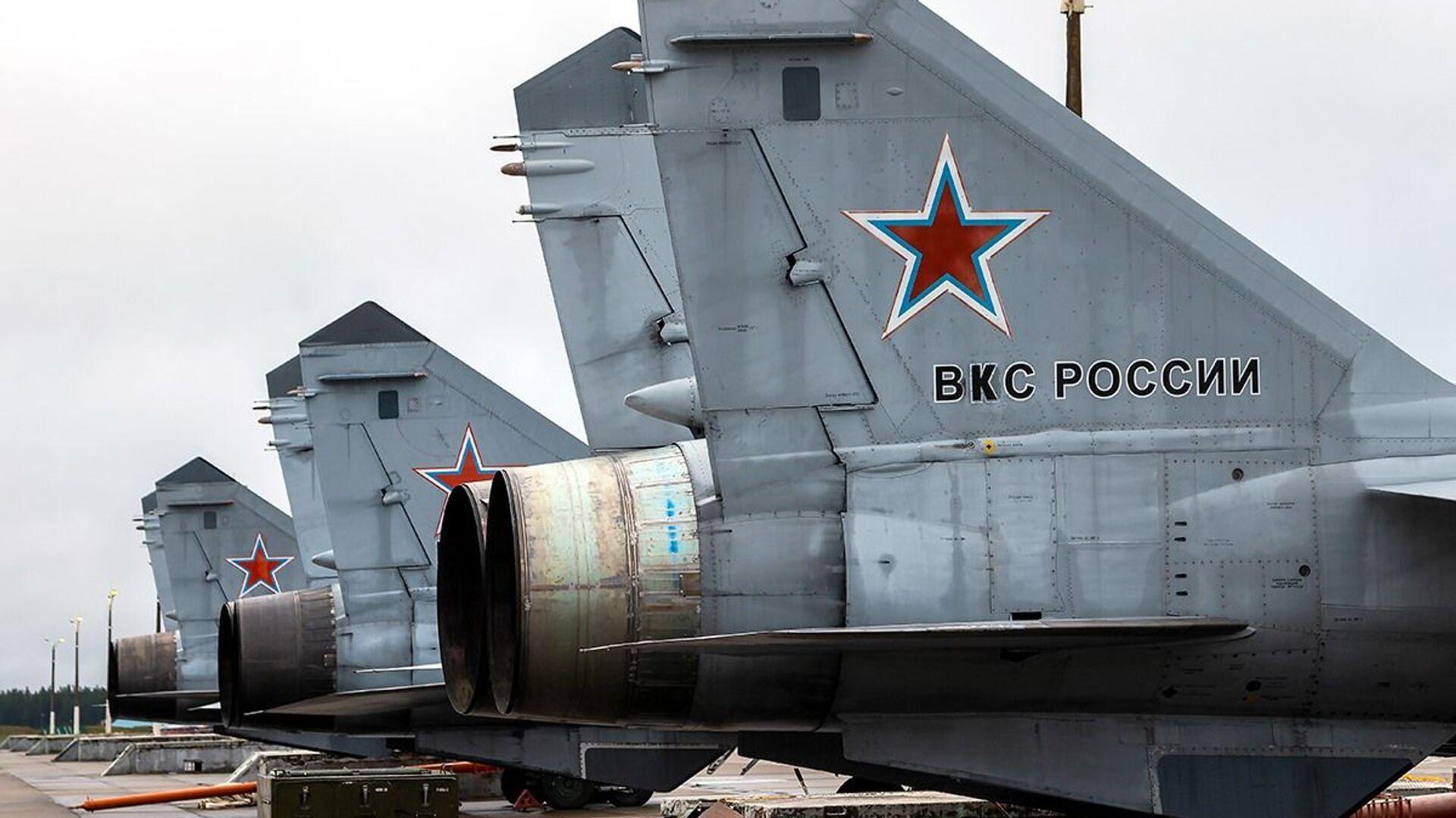 Дневные учебно-тренировочные полеты Су-35 и МиГ-31 ЗВО в Тверской области  - Sputnik Italia, 1920, 16.06.2021
