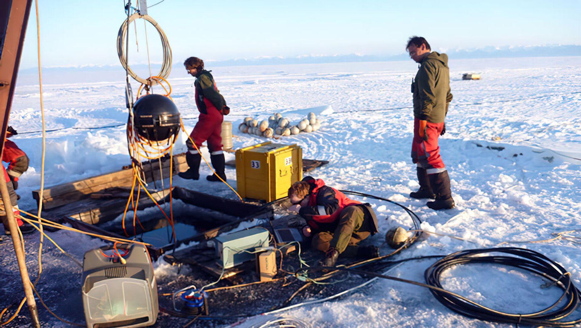 Preparazione per il lancio di un telescopio di neutrini in acque profonde a Baikal - Sputnik Italia, 1920, 13.03.2021