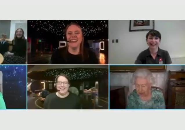 Regina Elisabetta in videoconferenza con scienziati ricorda incontro con Yury Gagarin