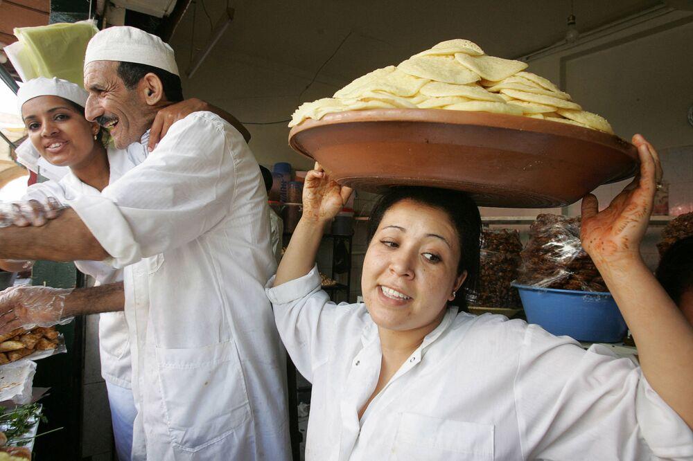 Le persone vendono pasticcini e crespelle marocchine il 24 settembre 2006 nella Medina di Rabat.