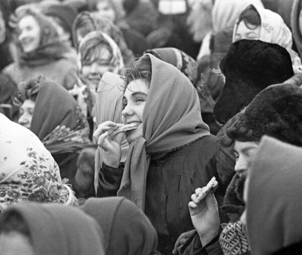 La festa tradizionale russa Maslenitsa che simboleggia la fine dell'inverno, il piatto tradizionale della festa è bliny (crespelle russe) - Sputnik Italia