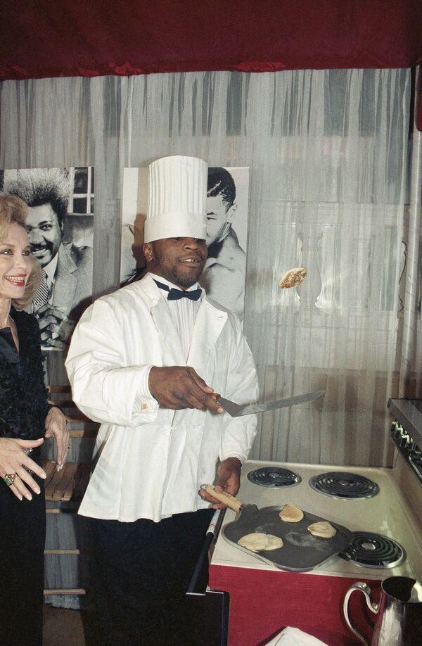 Il pugile Mike Tyson prepara crespelle a New York, USA - Sputnik Italia