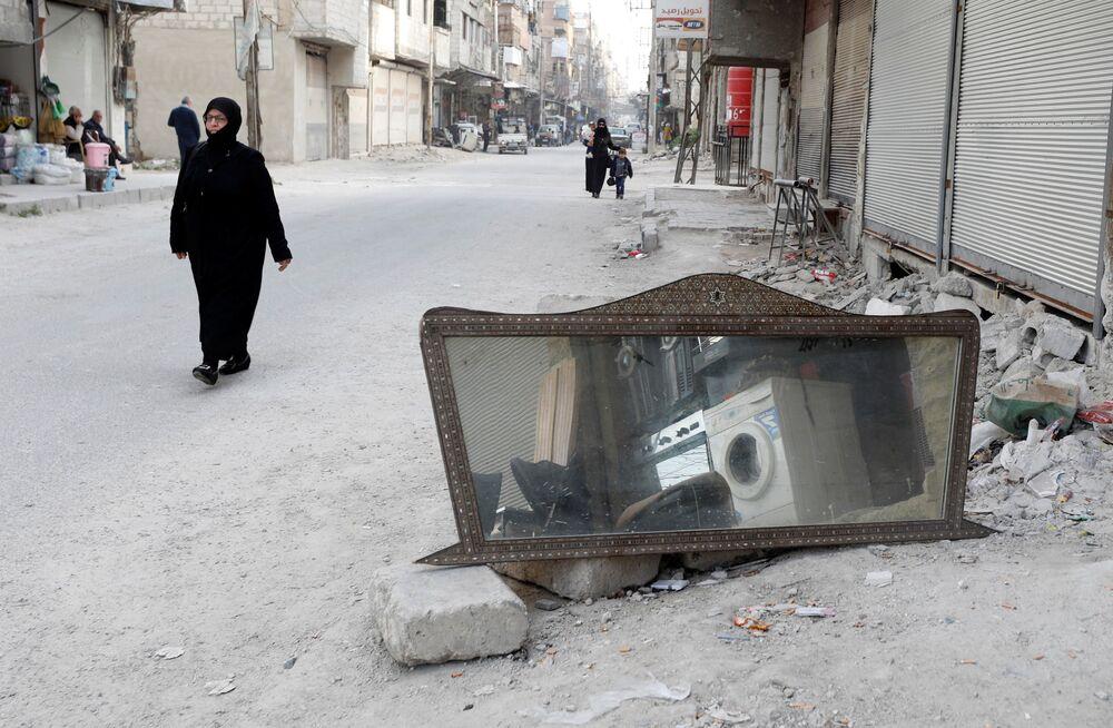 Una donna nella città siriana di Douma, Siria