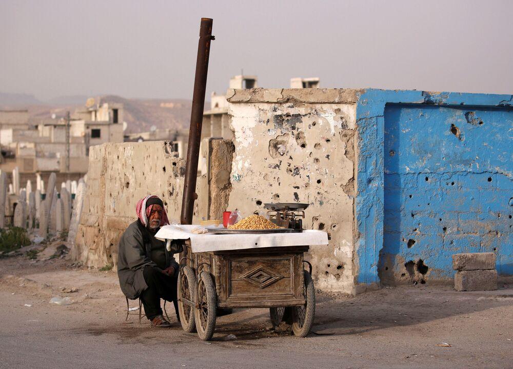 Un venditore ambulante a Douma, un sobborgo di Damasco, Siria