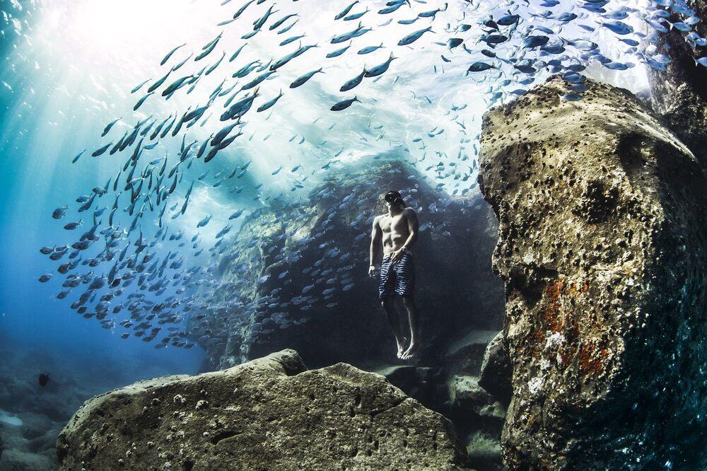 La foto Apnea all'inizio di una mattina d'estate della fotografa statunitense Christa Funk, che ha conquistato il 1 posto nella categoria Persone e natura del concorso World Nature Photography Awards 2020