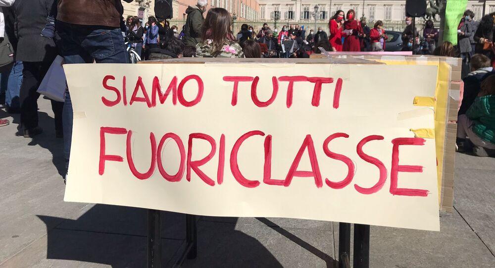 Manifestazione del comitato Priorità alla Scuola a Torino