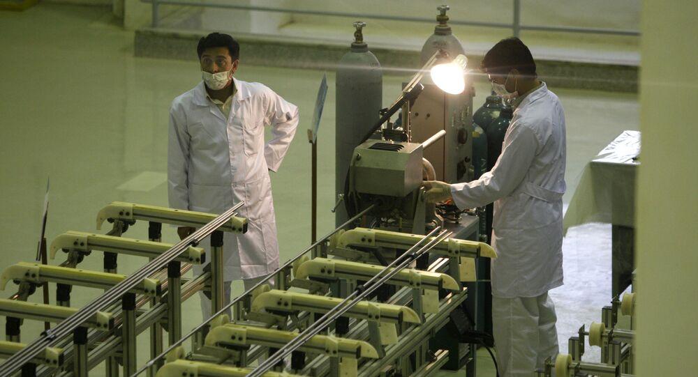 Scienziati iraniani presso un impianto per la produzione di combustibile all'uranio per un reattore nucleare