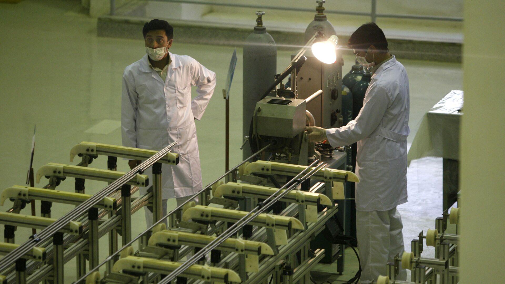Scienziati iraniani presso un impianto per la produzione di combustibile all'uranio per un reattore nucleare - Sputnik Italia, 1920, 17.08.2021