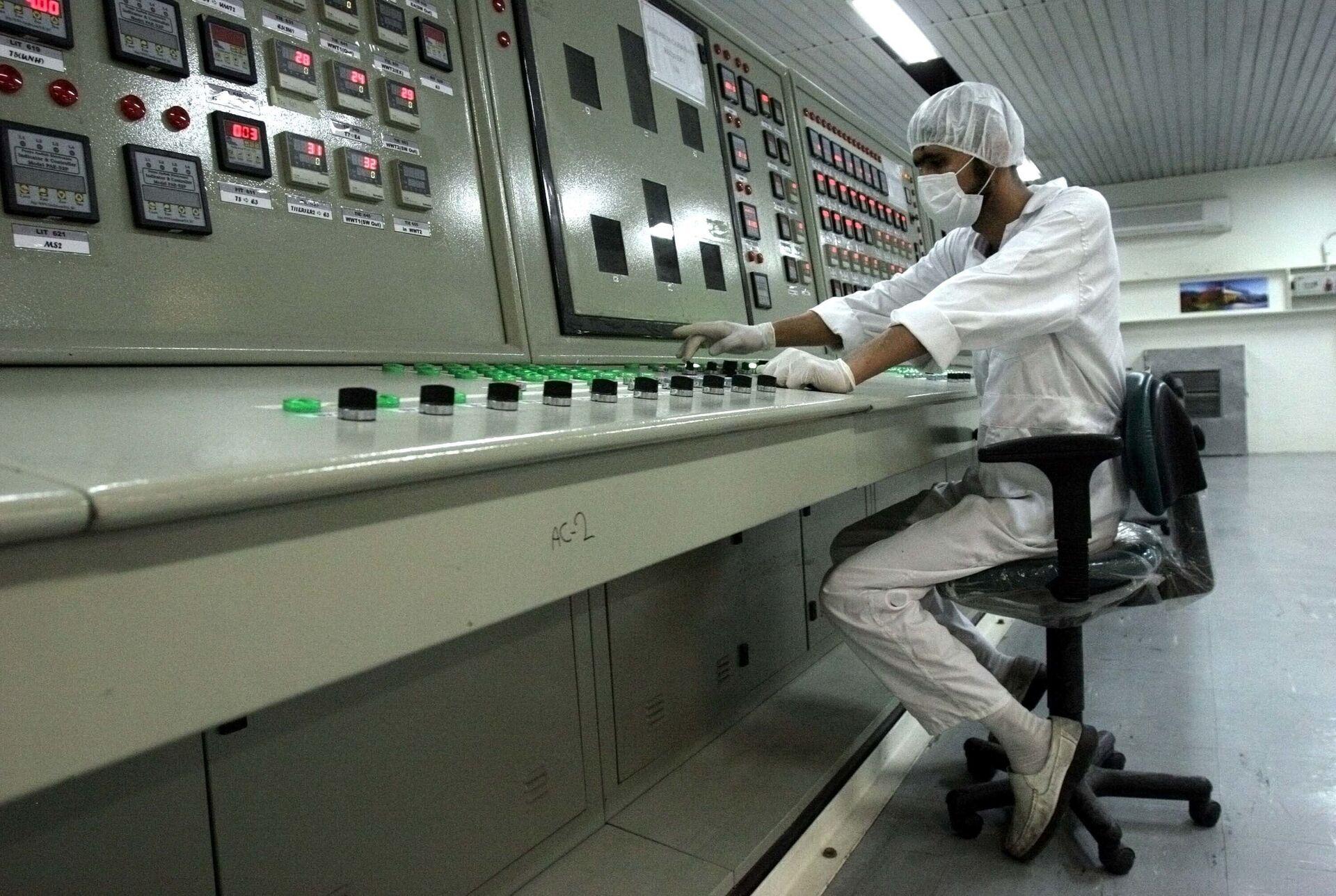 Un dipendente dell'impianto di arricchimento dell'uranio a Isfahan, Iran - Sputnik Italia, 1920, 18.05.2021