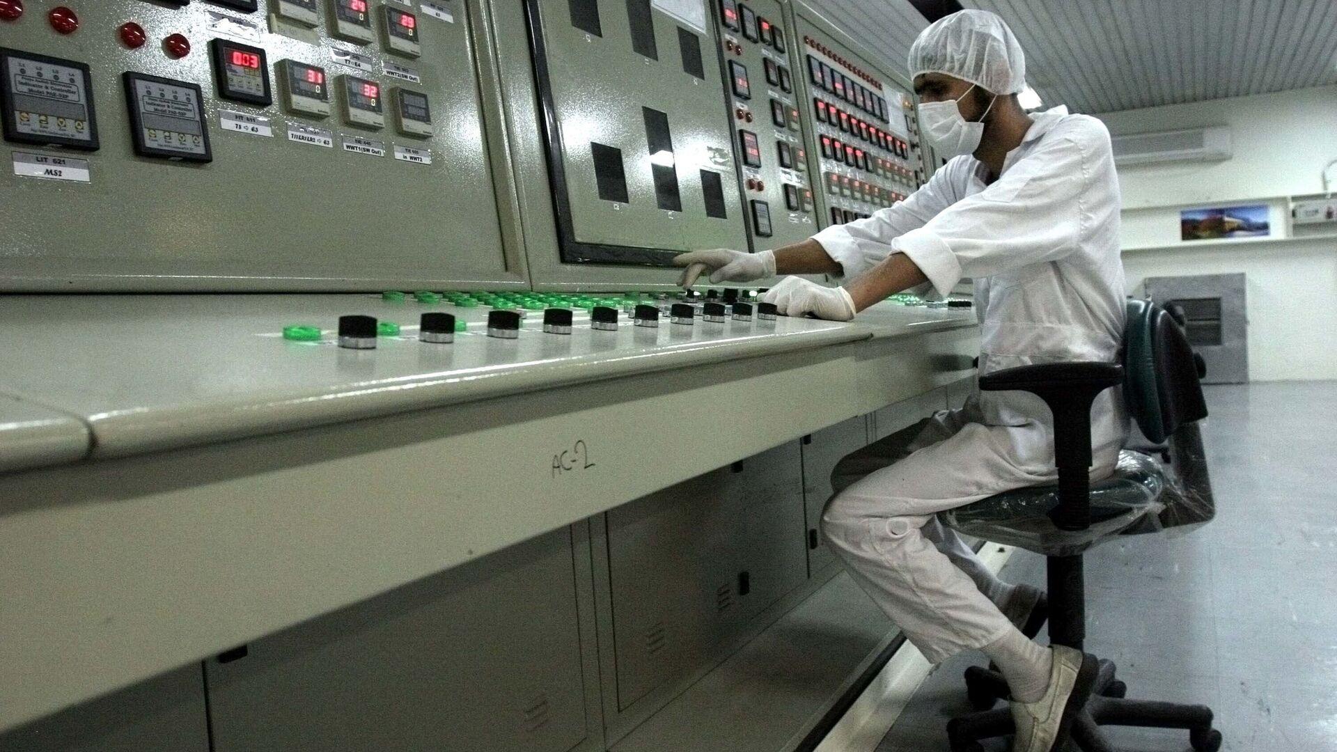 Un dipendente dell'impianto di arricchimento dell'uranio a Isfahan, Iran - Sputnik Italia, 1920, 19.06.2021