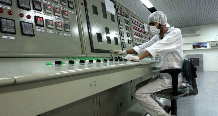 Un dipendente dell'impianto di arricchimento dell'uranio a Isfahan, Iran