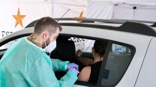 Inaugurazione drive through per la vaccinazione, Milano - Sputnik Italia