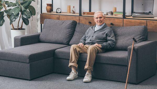 Un uomo anziano sul divano - Sputnik Italia