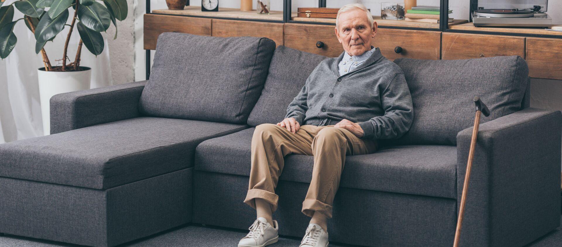 Un uomo anziano sul divano - Sputnik Italia, 1920, 15.03.2021