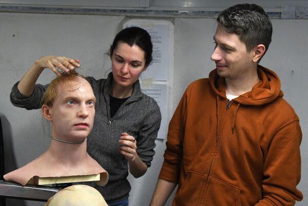 Aleksandra Chegodaeva, vicedirettorice della filiale di Promobod di Vladivostok, e Petr Chegodaev, direttore, stanno lavorando su un campione sperimentale di pelle artificiale in un laboratorio per lo sviluppo della pelle artificiale - Sputnik Italia