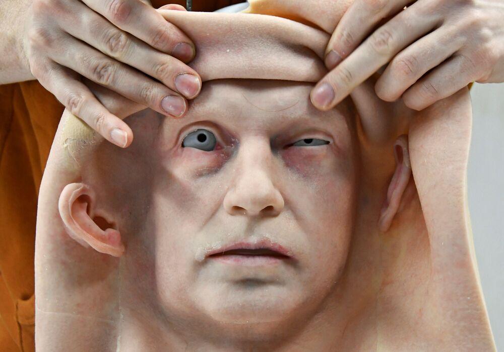 Un dipendente attacca la pelle artificiale alla testa di un robot umanoide sviluppato dall'azienda russa Promobot presso la filiale dell'azienda nella città di Vladivostok, Russia, il 15 marzo 2021
