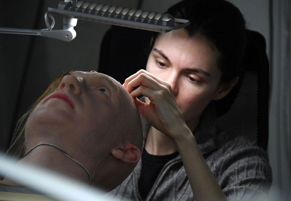 Aleksandra Chegodaeva lavora su un campione sperimentale di pelle artificiale in un laboratorio a Vladivostok