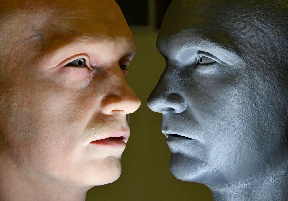 Testa di un robot umanoide (a sinistra) sviluppato da Promobot