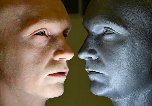 Testa di un robot umanoide (a sinistra) sviluppato da Promobot - Sputnik Italia
