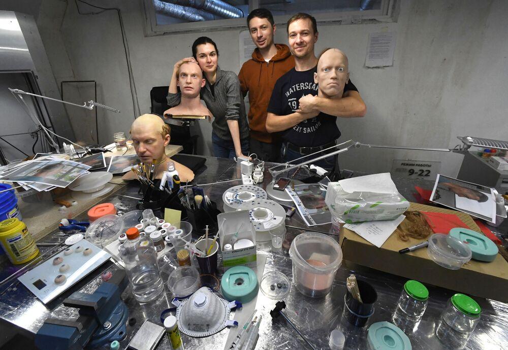 Dipendenti del Centro per lo sviluppo di robot umanoidi a Vladivostok, Russia