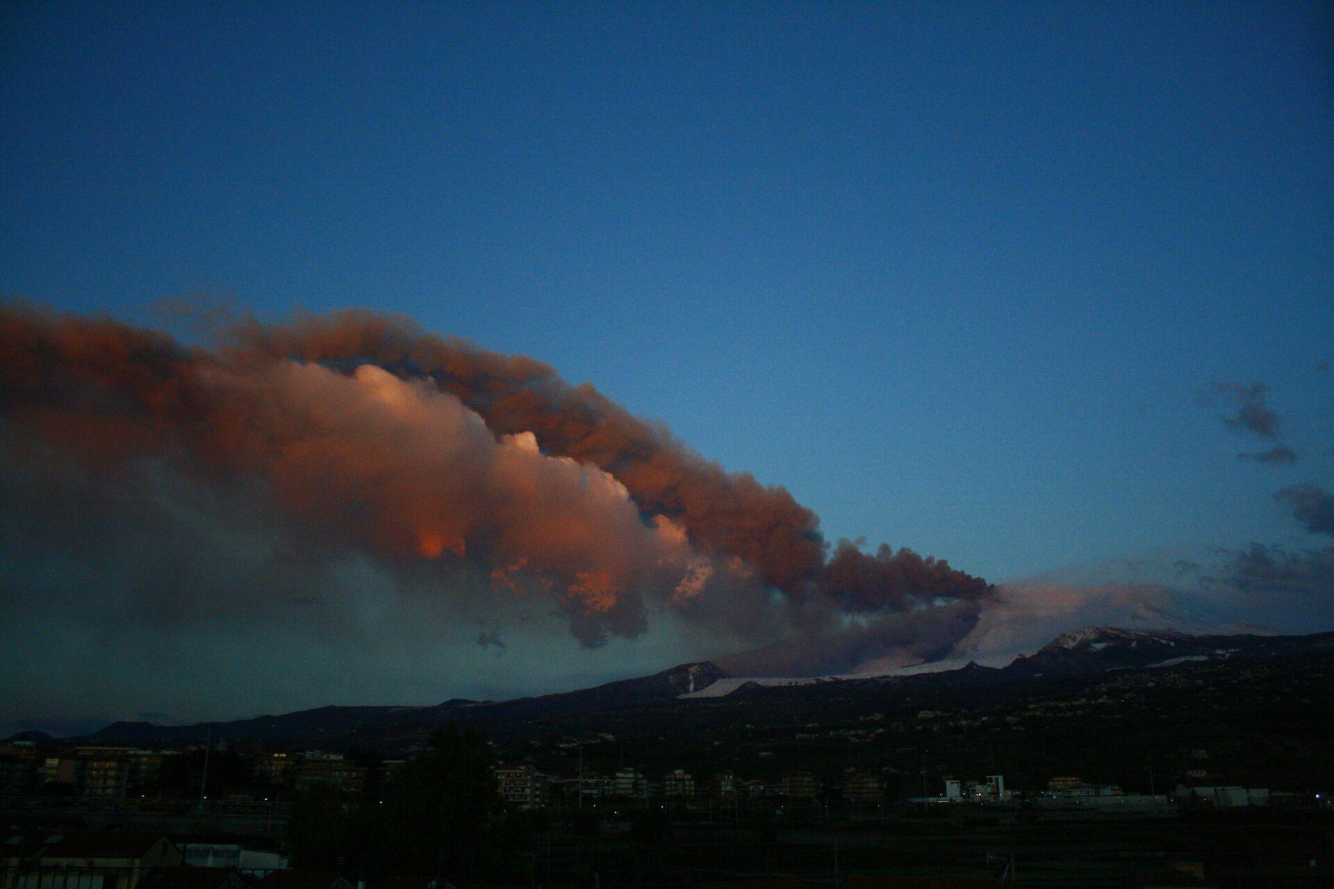 Etna, nuova eruzione nella notte: esplosioni fanno tremare porte e finestre nei paesi vicini - Sputnik Italia, 1920, 17.03.2021