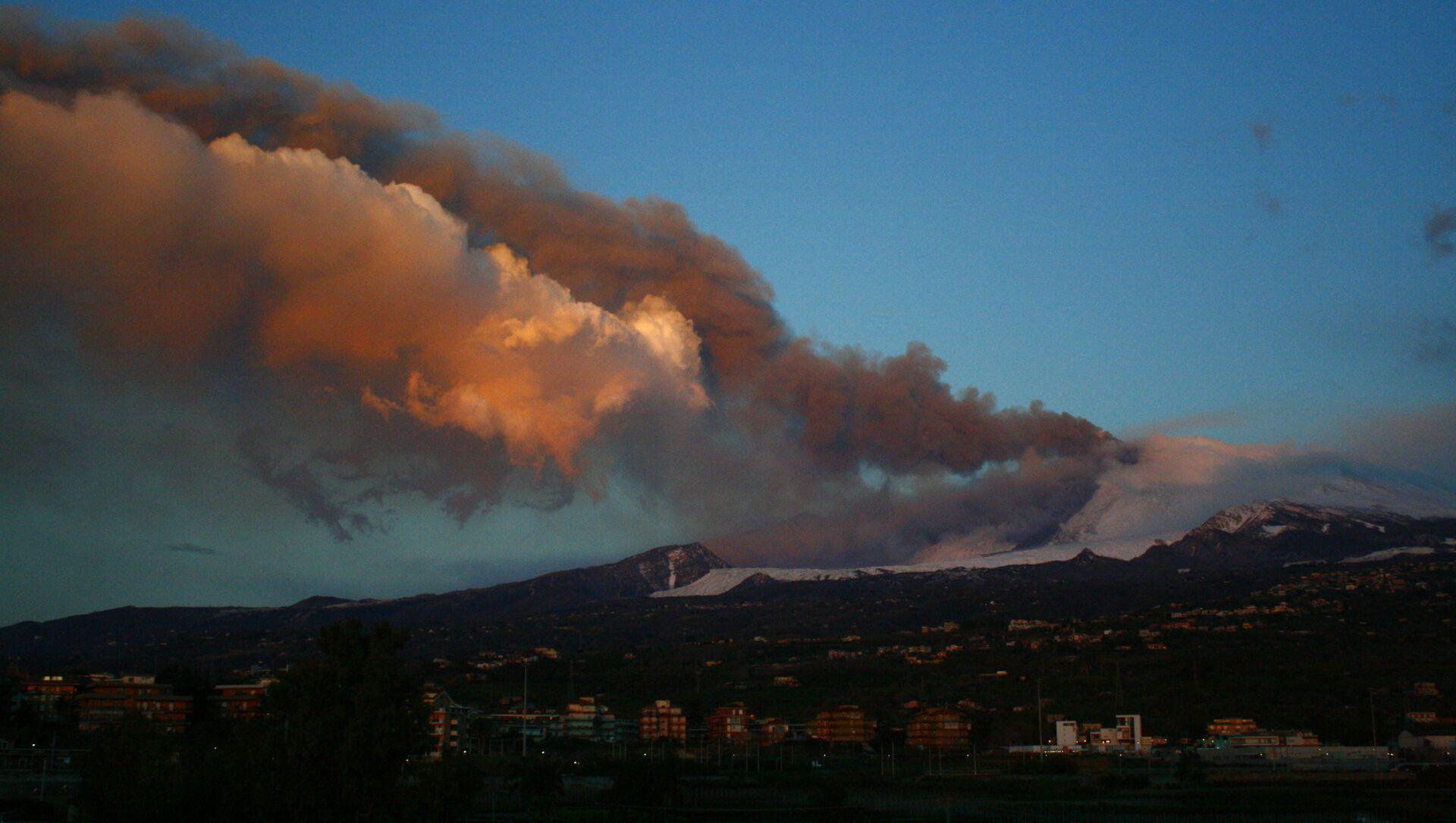 Eruzione Etna all'alba, 17 marzo 2021  - Sputnik Italia, 1920, 17.03.2021
