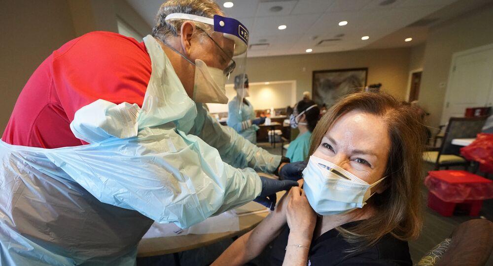 La vaccinazione contro il Covid/19 al John Knox Village, in Florida