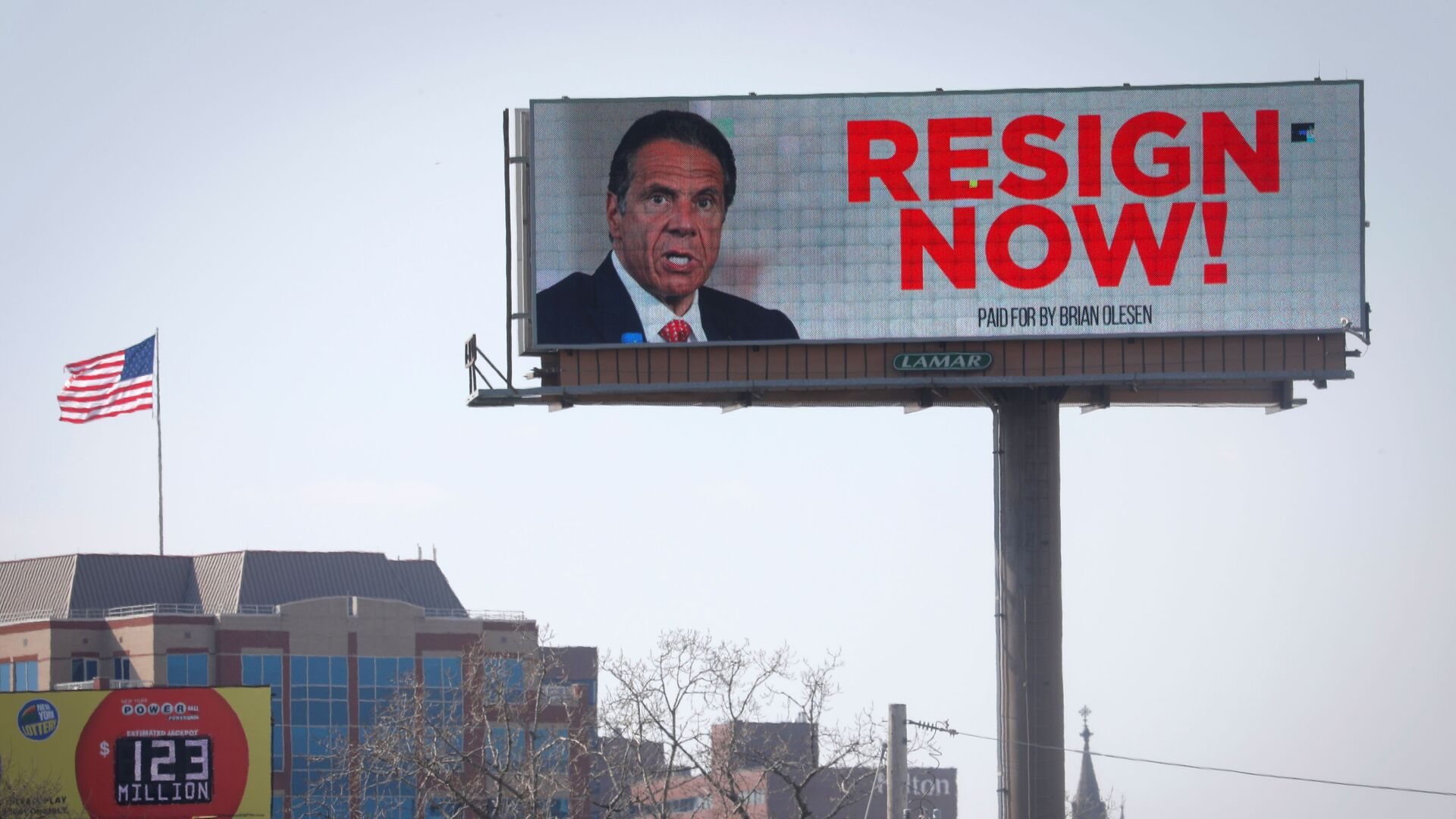 Electronic billboard displays message for New York Governor Cuomo to Resign Now in Albany - Sputnik Italia, 1920, 07.09.2021
